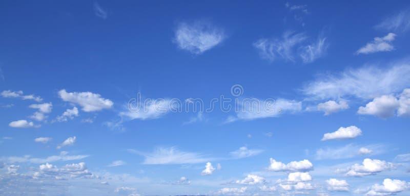 Blauwe hemel en wolkenhemel stock afbeeldingen