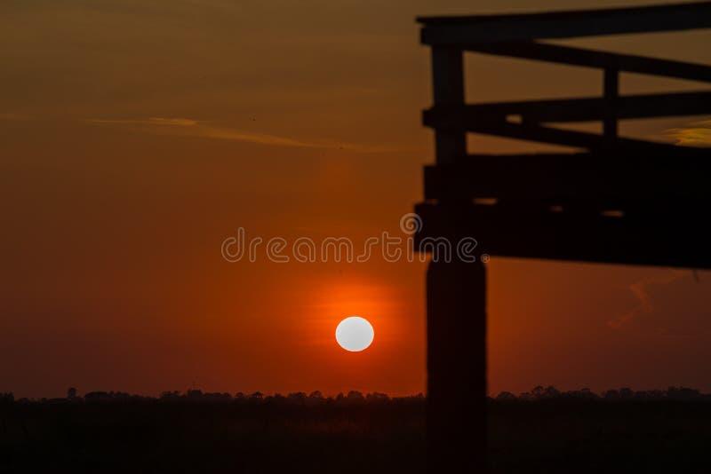 Blauwe hemel en zachte witte wolken in dagtijd voor achtergrond in zonsondergang of avondtijd stock foto