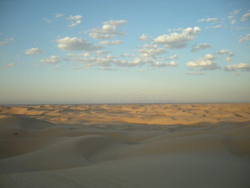Blauwe hemel en zandduinen stock fotografie
