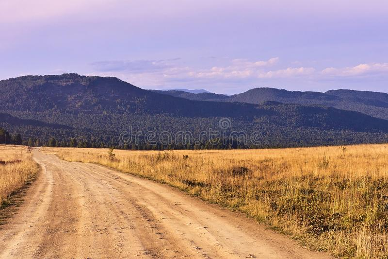 Blauwe hemel Groene Forest High-bergen Stoffige Weg royalty-vrije stock foto's