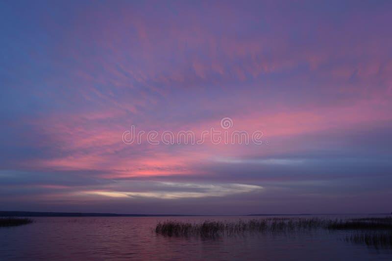 Blauwe hemel in heldere kleuren van schemeringlicht na zonsondergang in de de herfstavond royalty-vrije stock afbeeldingen