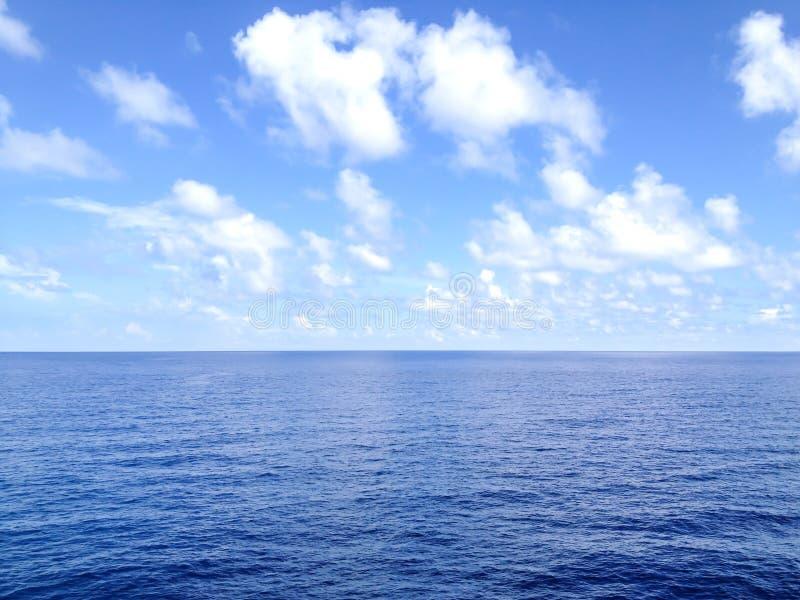 Blauwe hemel in het diepe overzees van waterandaman royalty-vrije stock afbeelding
