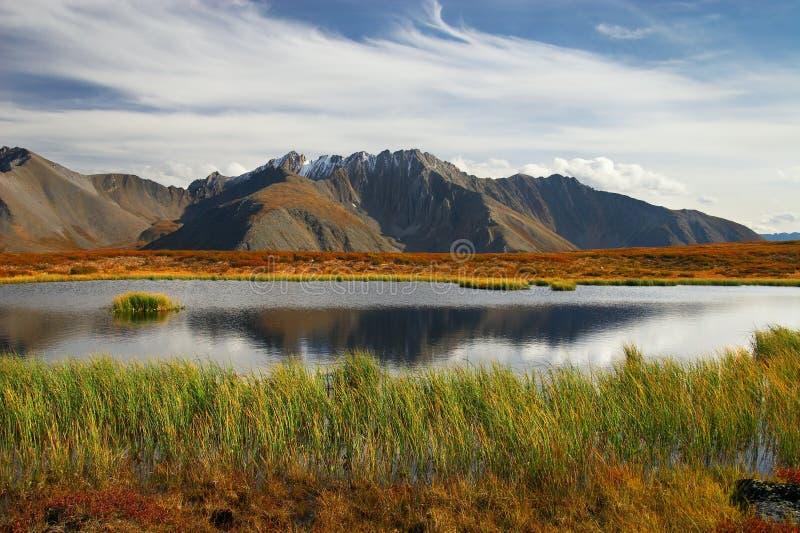 Blauwe hemel, meer en bergen. royalty-vrije stock foto's