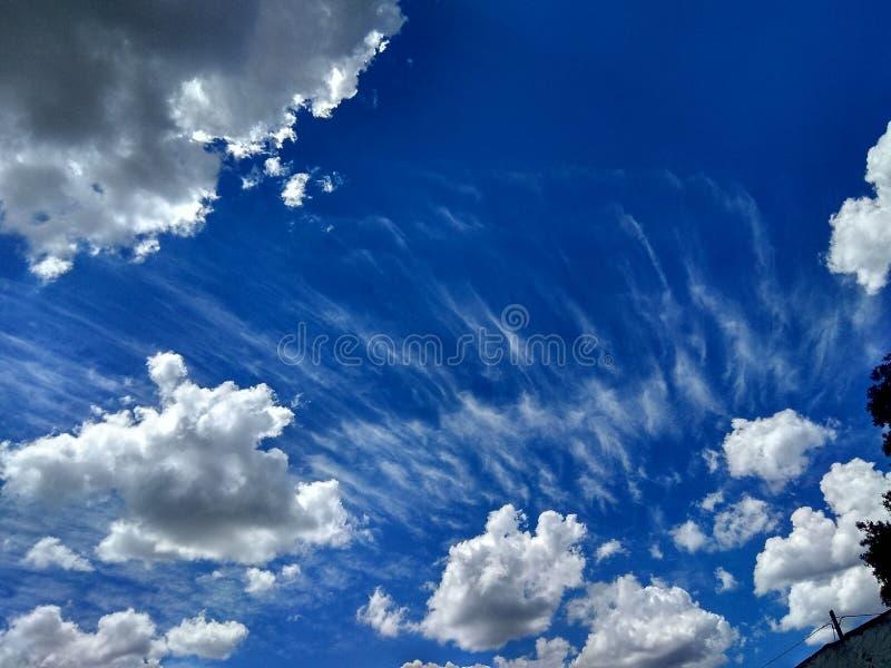 Blauwe hemel met de lenteonweren stock afbeelding