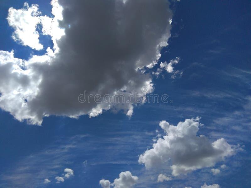 Blauwe hemel met de lenteonweren royalty-vrije stock foto's