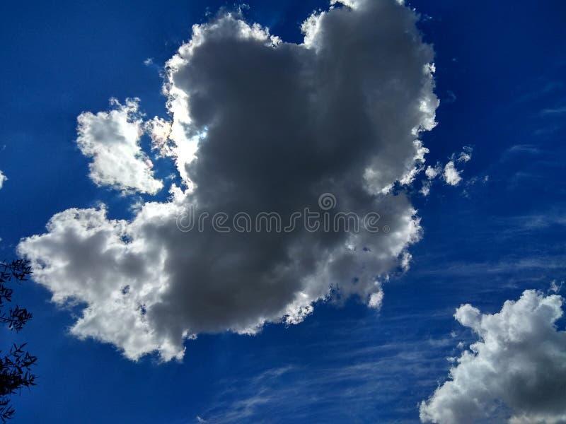 Blauwe hemel met de lenteonweren royalty-vrije stock afbeelding