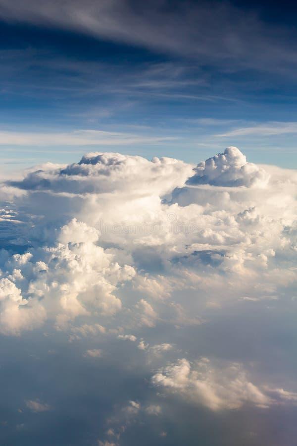 blauwe hemel met de wolken van de vliegtuigmening - Beeld stock fotografie