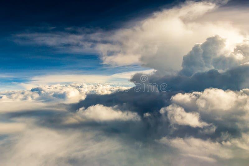 Blauwe hemel met de wolken van de vliegtuigmening royalty-vrije stock afbeeldingen