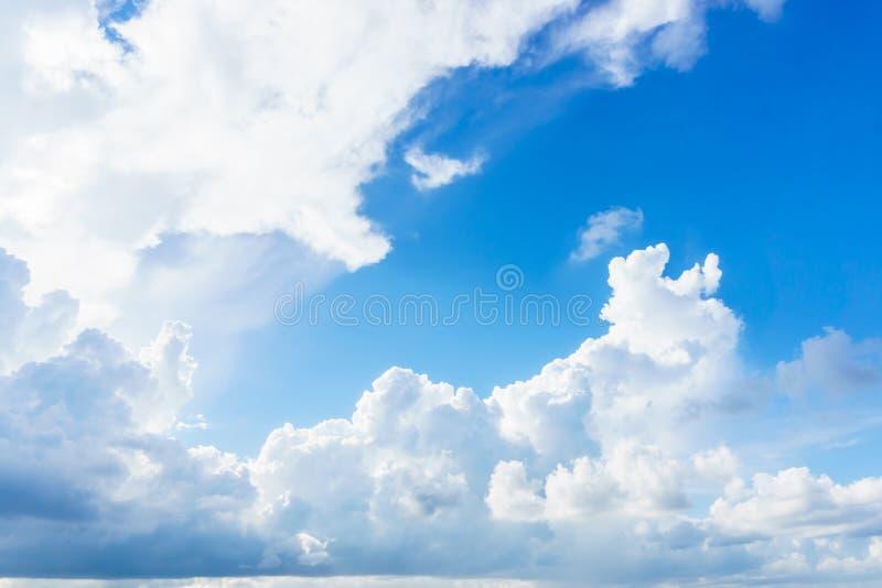 Blauwe hemel met duidelijke wolk stock fotografie