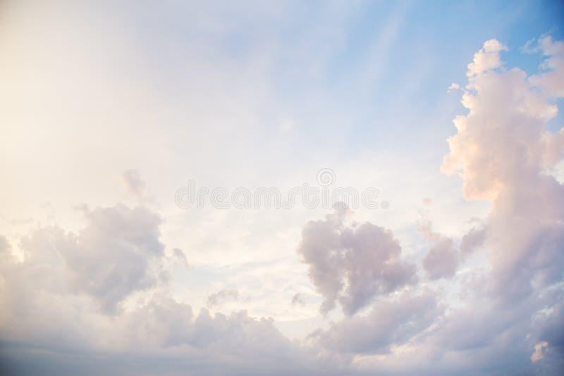 Blauwe hemel met een grote wolkendeklaag met oranje zonsonderganglicht stock afbeeldingen