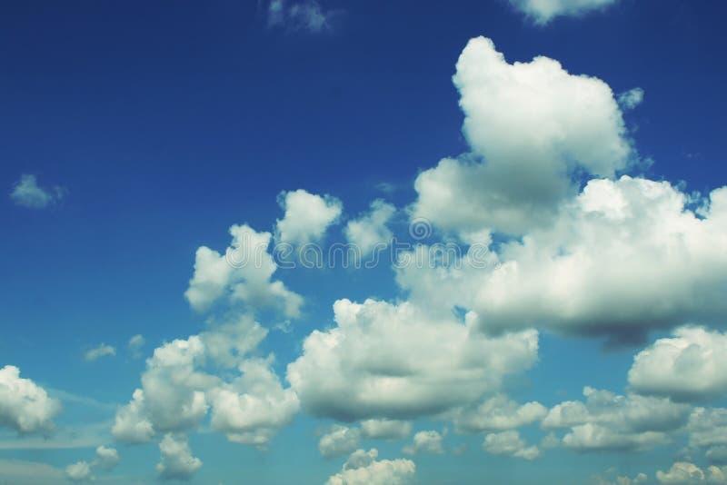 Blauwe hemel met gezwollen wolken stock afbeelding