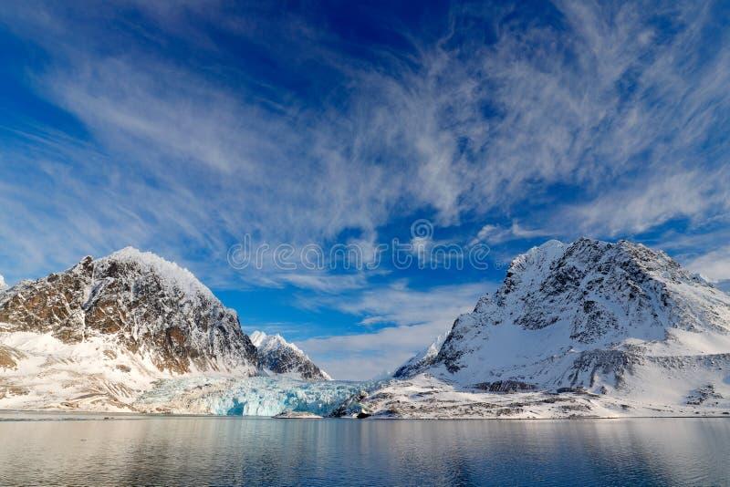 Blauwe hemel met ijsijsschol Mooi landschap Koud zeewater Land van ijs Het reizen in Noordpoolnoorwegen Witte sneeuw blauwe berg, stock foto