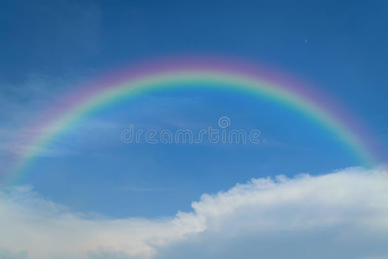 Blauwe hemel met regenboog royalty-vrije stock afbeeldingen