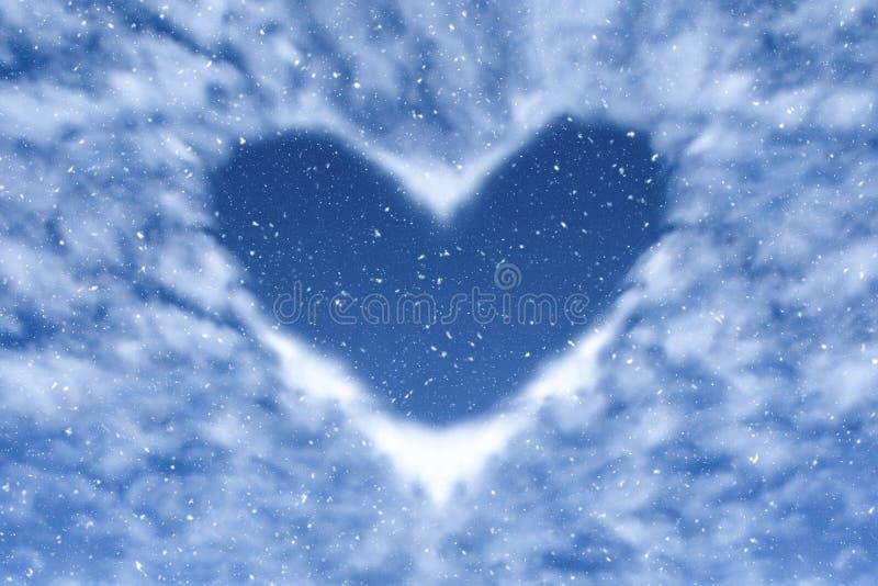 Blauwe hemel met sneeuw en wolken in hartvorm Gelukkige en liefdeachtergrond stock fotografie