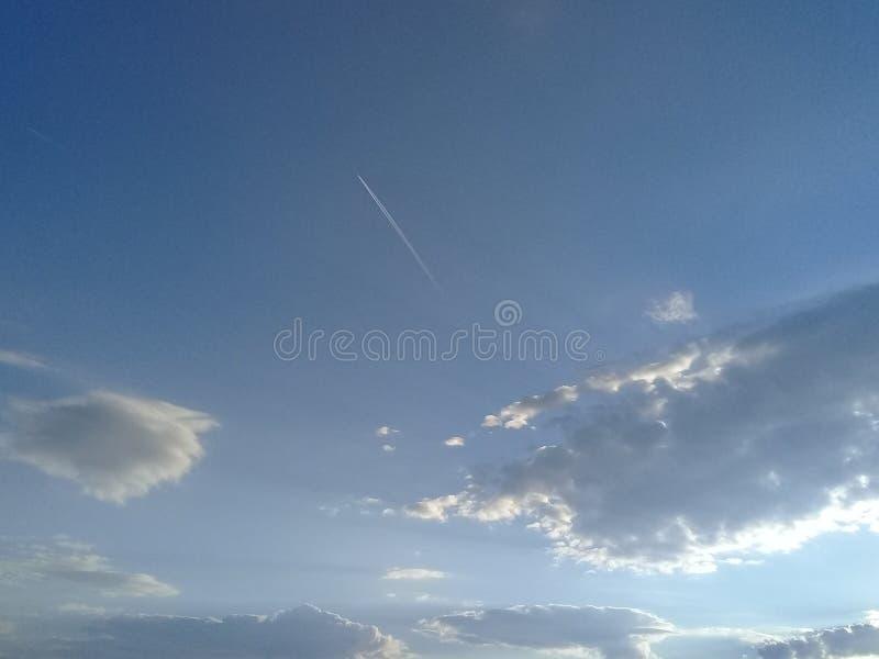 Blauwe Hemel met Sunny Clouds royalty-vrije stock fotografie