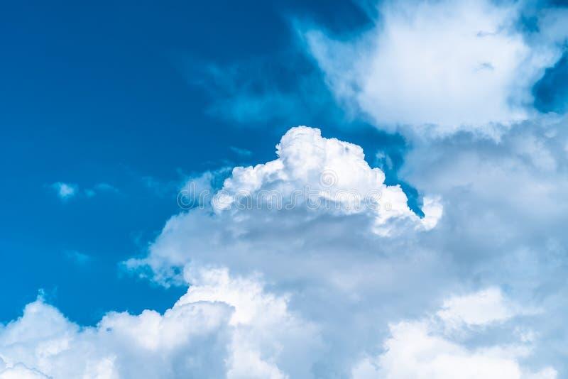 Blauwe hemel met witte wolken De achtergrond van de hemel royalty-vrije stock foto's