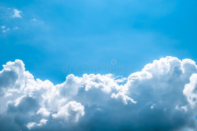 Blauwe hemel met witte wolken De achtergrond van de hemel stock fotografie