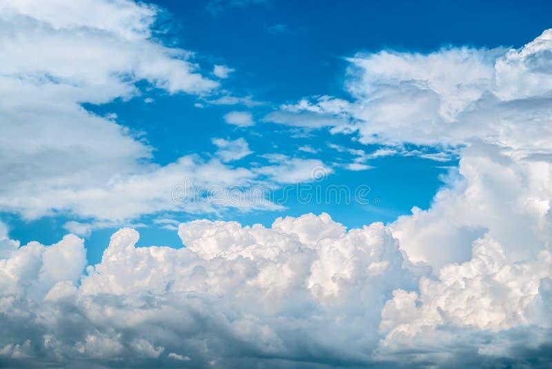 Blauwe hemel met witte wolken De achtergrond van de hemel stock foto's