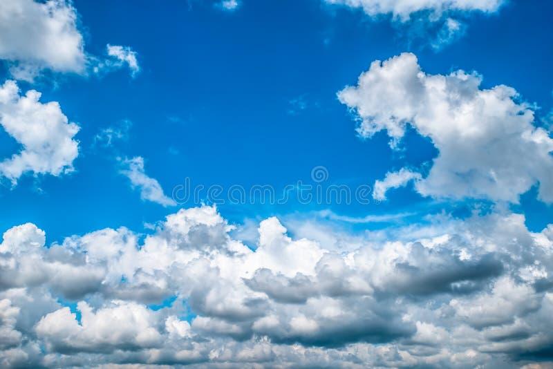 Blauwe hemel met witte wolken De achtergrond van de hemel royalty-vrije stock fotografie