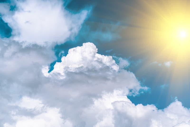 Blauwe hemel met witte wolken en zon De achtergrond van de hemel stock foto