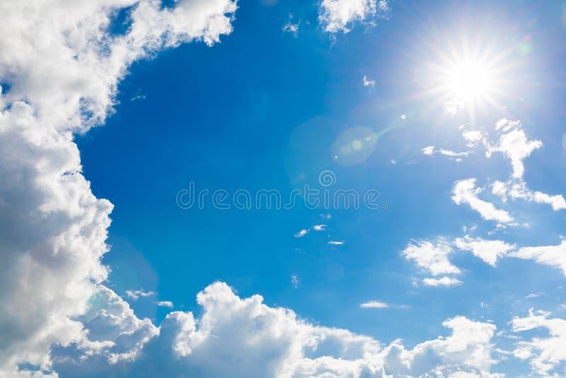 Blauwe hemel met witte wolken en zon Mooie natuurlijke achtergrond stock afbeeldingen