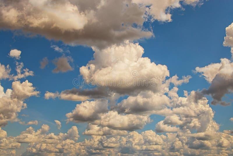 Blauwe hemel met witte wolken Het daglicht van de hemel Natuurlijke hemelsamenstelling Element van ontwerp Achtergrond voor de zo stock afbeelding