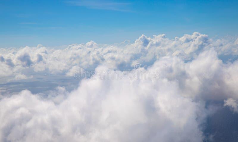 Blauwe hemel met witte wolken toneelfoto Cloudscape van vliegtuigvenster Skyscapeabstractie Optimistische zonnige hemel royalty-vrije stock afbeelding