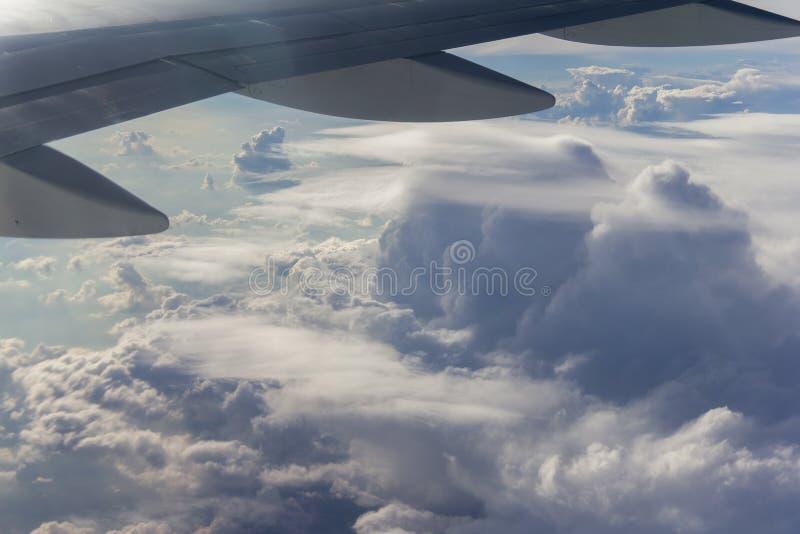 Blauwe hemel met witte wolken van de vliegtuigmening stock foto