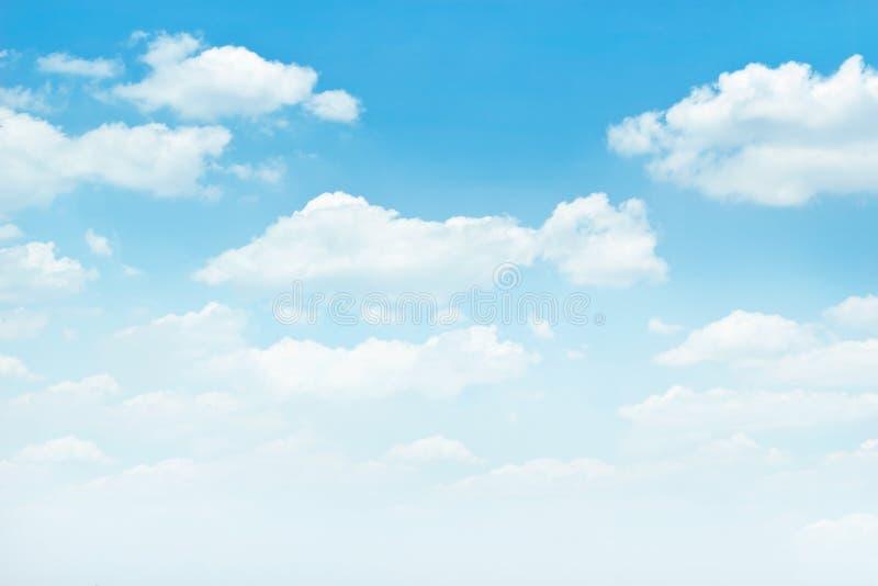 Blauwe hemel met witte wolkenachtergrond royalty-vrije stock afbeeldingen