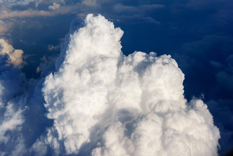 Blauwe hemel met witte wolkenmening van luchtvliegtuig royalty-vrije stock afbeelding