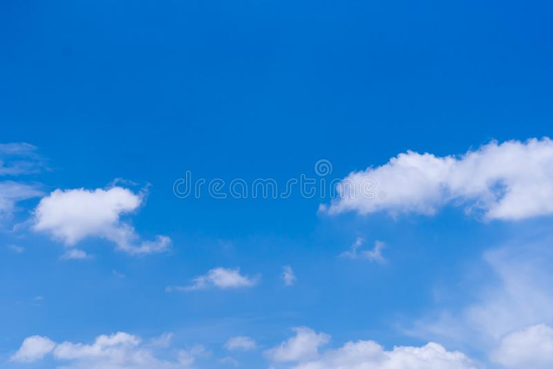 Blauwe hemel met wolk binnen dagelijks royalty-vrije stock foto's