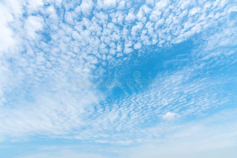 Blauwe hemel met wolk in zonnige dag De achtergrond van de aard royalty-vrije stock afbeeldingen