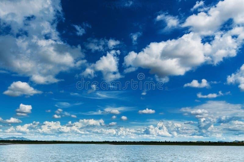 Blauwe hemel met wolken en moeras stock foto's