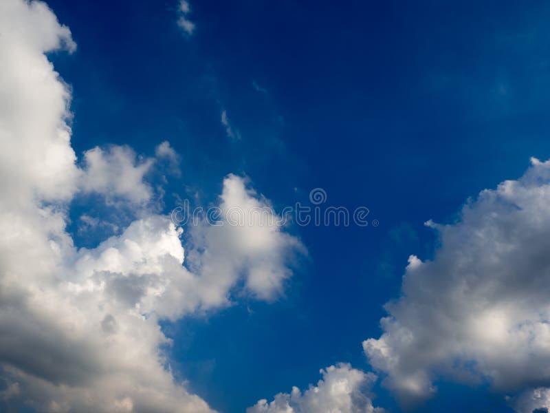 Blauwe hemel met wolken en regenwolken vóór de onweer komst royalty-vrije stock foto's