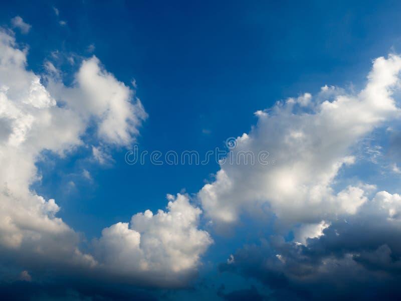 Blauwe hemel met wolken en regenwolken vóór de onweer komst stock afbeelding
