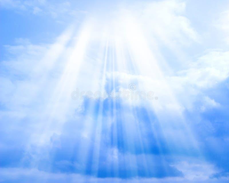 Blauwe hemel met wolken en zon aan achtergrond stock fotografie