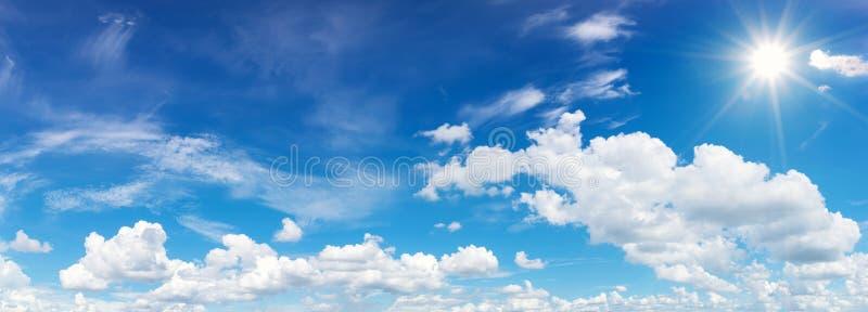 Blauwe hemel met wolken en zonbezinning De zon glanst binnen helder royalty-vrije stock afbeeldingen