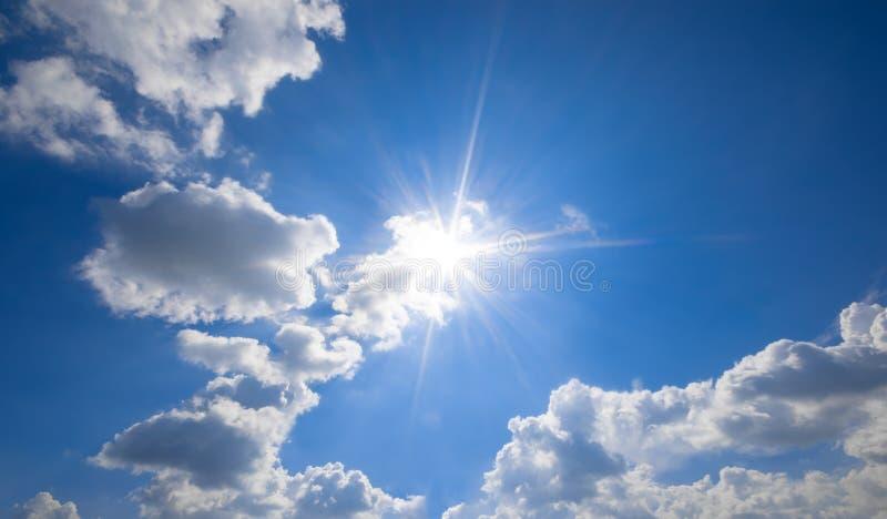 Blauwe hemel met wolken en zonbezinning De zon glanst binnen helder royalty-vrije stock fotografie