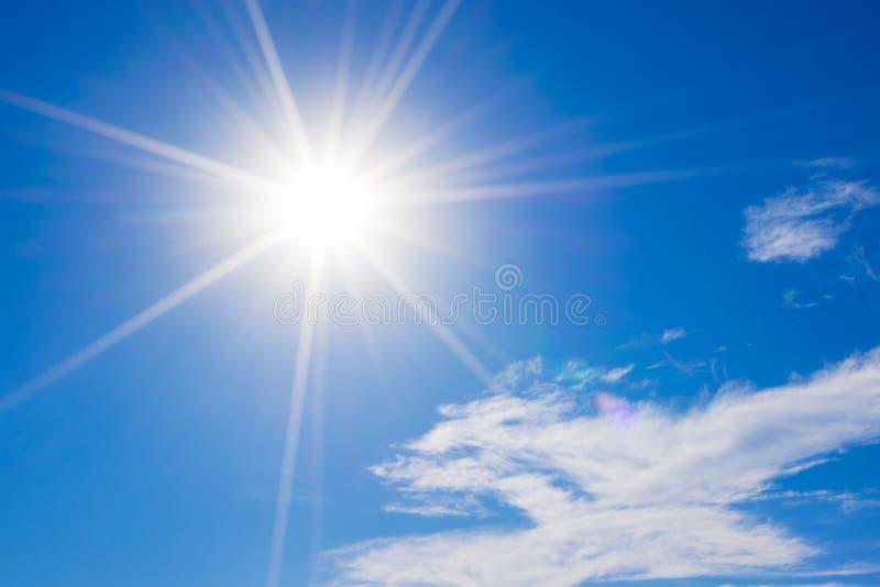 Blauwe hemel met wolken en zonbezinning De zon glanst binnen helder royalty-vrije stock foto