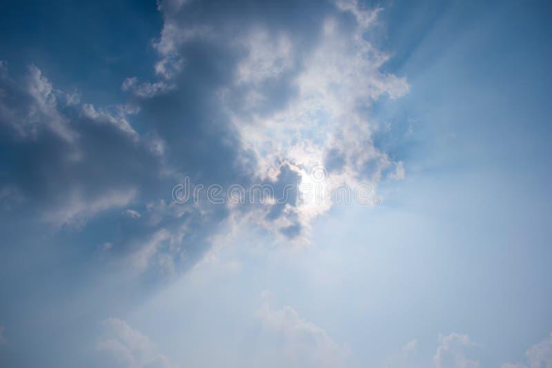 Blauwe hemel met wolken en zonstraal royalty-vrije stock afbeeldingen
