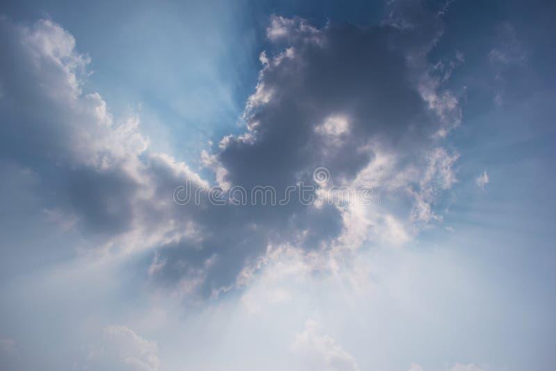 Blauwe hemel met wolken en zonstraal stock afbeelding