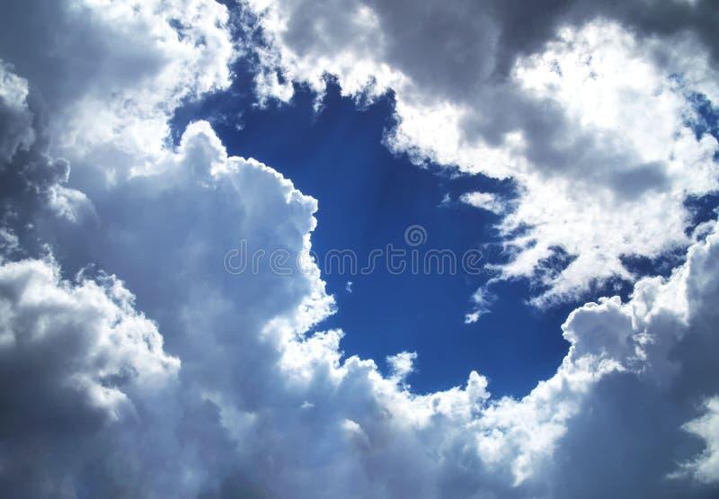 Blauwe hemel met wolken en zonstralen Voelt de diepte royalty-vrije stock foto's