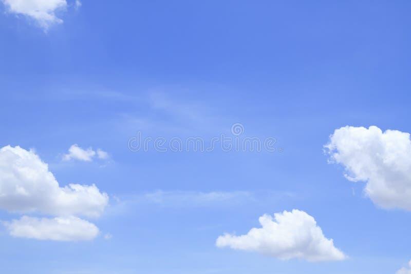 Blauwe hemel met wolken mooi in aard stock afbeeldingen
