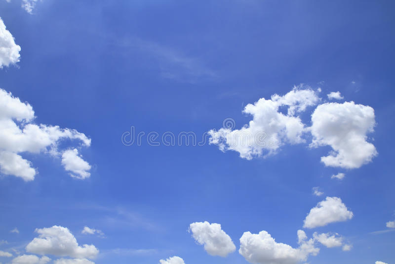 Blauwe hemel met wolken mooi in aard stock fotografie
