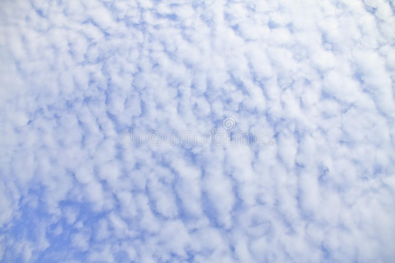 Blauwe hemel met wolken mooi in aard royalty-vrije stock afbeelding