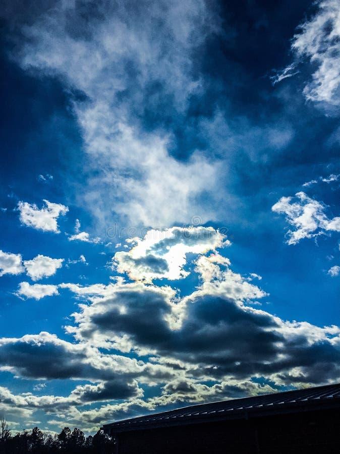 Blauwe hemel met wolken op een winderige dag stock afbeelding