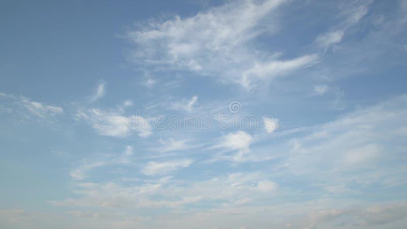 Blauwe hemel met wolken op tijd-tijdspanne stock footage