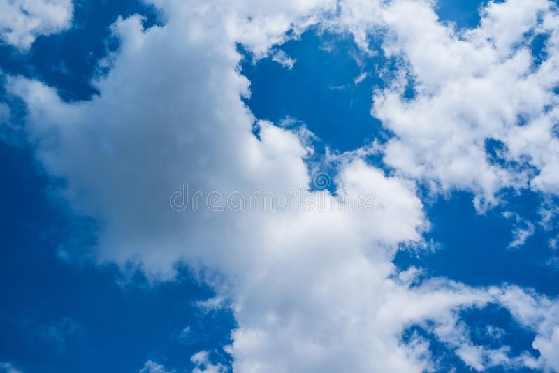Blauwe hemel met wolken op zonnige dag royalty-vrije stock afbeeldingen