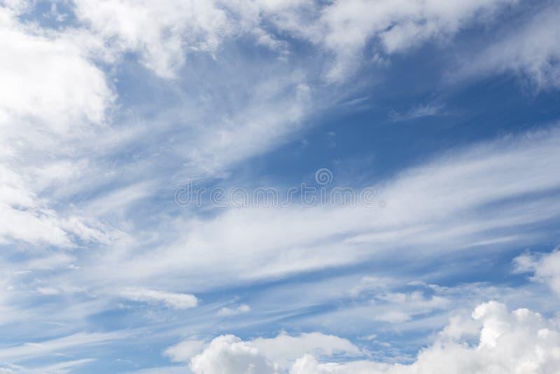 Blauwe Hemel met Wolken Ophelderingsdag en Goed weer in de ochtend royalty-vrije stock foto's