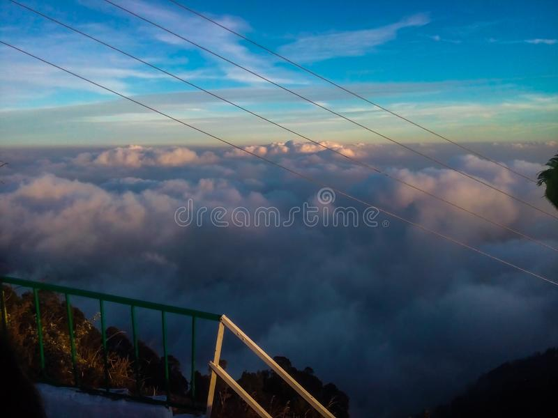 Blauwe hemel met wolken over bergen royalty-vrije stock foto